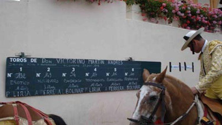 Les picadors sont des hommes à cheval chargés de planter des lances dans l'échine du taureau pour l'affaiblir (© France 3)