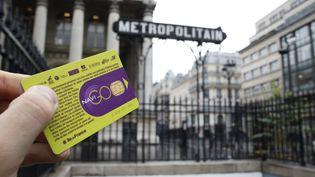 Un passe Navigo devant une station de métro parisienne, le 10 décembre 2014. (ELIOT BLONDET / AFP)