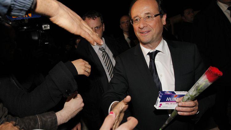 Le président élu, François Hollande, rentre à son domicile parisien, dans la nuit du 6 au 7 mai 2012. (PATRICK KOVARIK / AFP)