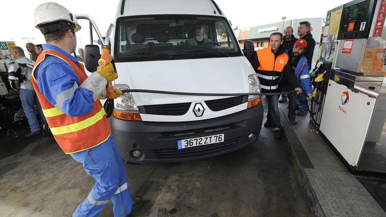 Des salariés de Total font le plein gratuitement le 22 octobre 2010, à Trignac (Loire-Atlantique). (JEAN-SEBASTIEN EVRARD / AFP)