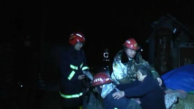 Une personne a été tuée et trois restent portées disparues dans ces explosions en série survenues dans un village de l'est du pays.