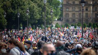 Manifestation du personnel soignant pour dénoncer le manque de moyens, le 16 juin 2020 à Paris. (CARINE SCHMITT / HANS LUCAS / AFP)