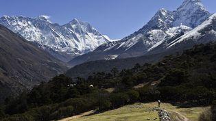 Le mont Everestpris en photo le 20 avril 2015. (ROBERTO SCHMIDT / AFP)