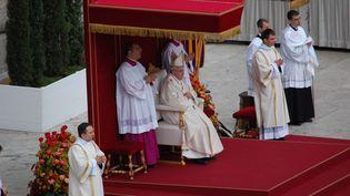 Le pape François, lors de la cérémonie de canonisation des papes Jean XXIII et Jean-Paul II, dimanche 27 avril. (BARIS SECKIN / ANADOLU AGENCY / AFP)
