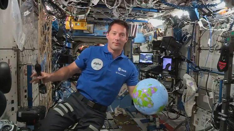 30 avril 2021, l'astronaute français Thomas Pesquet, à bord de l'ISS, en pleine conférence de presse aux représentants des médias au CNES (Centre national d'études spatiales). Il retouve les sensations de la vie en apesanteur.  (- / EUROPEAN SPACE AGENCY)