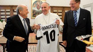 Sepp Blatter, le président de la Fifa, offre un maillot de football au pape François au Vatican, le 22 novembre 2013. (OSSERVATORE ROMANO / AFP)