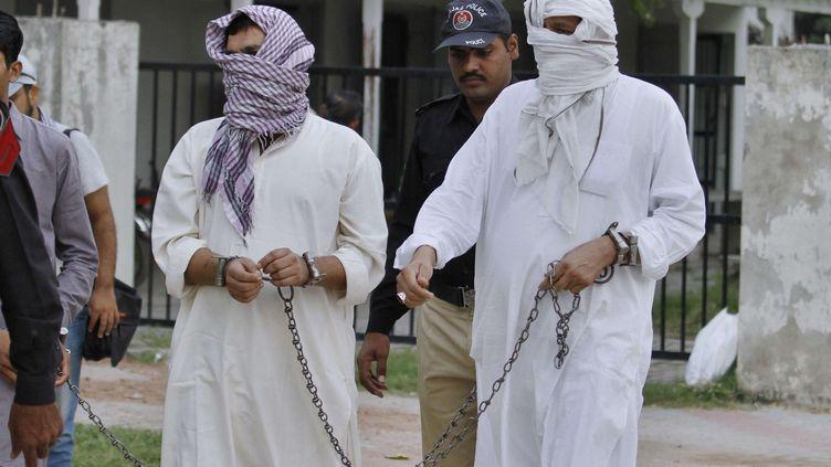 Des policiers escortent le père et le premier mari de Samia Shahid, 28 ans, accusés du meurtre de cette dernière. Cette citoyenne anglo-pakistanaise s'était remariée il y a deux ans et vivait à Dubaï. Remariage que réprouvait sa famille. Elle est décédée en juillet 2016 en venant rendre visite aux siens. C'est son second mari qui à donné l'alerte. Il demande que ce crime soit puni, ce que feint de ne pas comprendre son père, qui parle de mort naturelle. Cette mort suit celle d'une star locale, assassinée par son frère pour le même motif. Suite à ces deuxcrimes d'honneurqui ont secoué l'opinion pubique, le Pakistan a indiqué qu'il allait revoir sa législation contre ces meurtres et contre les viols «punitifs». Un comité composé de membres des deux chambres du Parlement va examiner des amendements aux lois existantes. (Anjum Naveed/AP/SIPA - Septembre 2016)