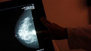 Une mammographie dans un centre de dépistage du cancer du sein, à Mexico, le 18 octobre 2012. (Photo d'illustration) (EDGARD GARRIDO / REUTERS)