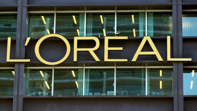Le logo L'Oreal sur son immeuble à Clichy (Hauts-de-Seine). (THOMAS SAMSON / AFP)