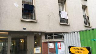 L'entrée du 30, rue de Vaucouleurs, à Paris, où vivaient Sarah Halimi et son meurtrier présumé. (CATHERINE FOURNIER / FRANCEINFO)