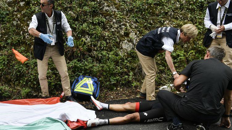 Richie Porte pris en charge par le staff médical du Tour (PHILIPPE LOPEZ / AFP)