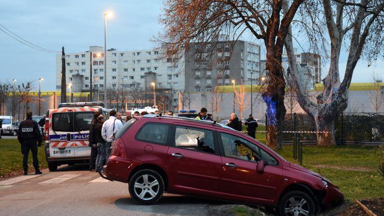 Des policiers français, près de la voiture qui a foncé sur des militaires postès devant la mosquée de Valence (Drôme), le 1er janvier 2016. (PATRICK GARDIN / AFP)