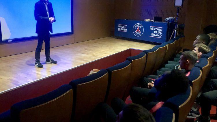 Malek Boutih,référent éthique du PSG, donne une conférence aux jeunes joueurs du club. (FANNY LECHEVESTRIER / FRANCEINFO)
