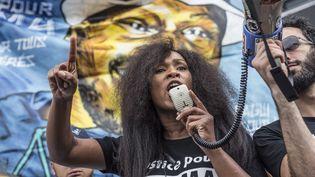 Assa Traoré, sœur d'Adama Traoré, le 26 mai 2018 lors d'une manifestation organisée à Paris. (YANN CASTANIER / HANS LUCAS / AFP)
