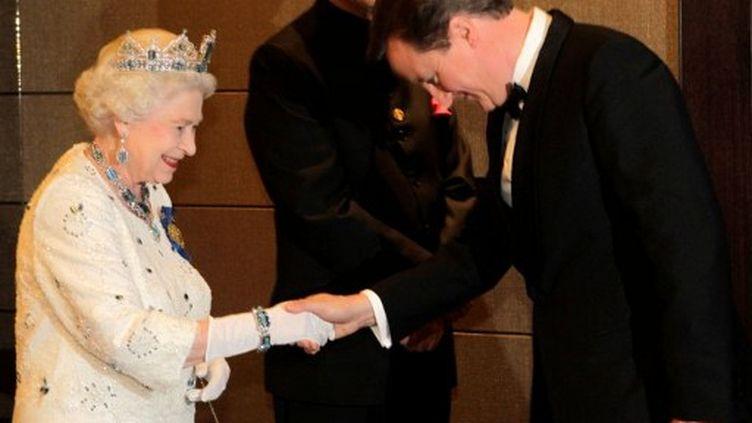 Elisabeth II en compagnie de David Cameron. (ANDREW MEARES / POOL / AFP)