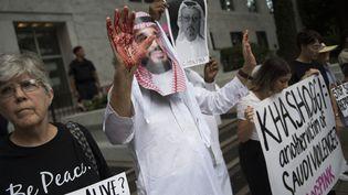 Un manifestant portant un masque à l'effigie du prince héritier Mohammed Ben Salmane proteste contre la disparition du journaliste Jamal Khashoggi, le 8 octobre 2018, à Washington (Etats-Unis). (JIM WATSON / AFP)