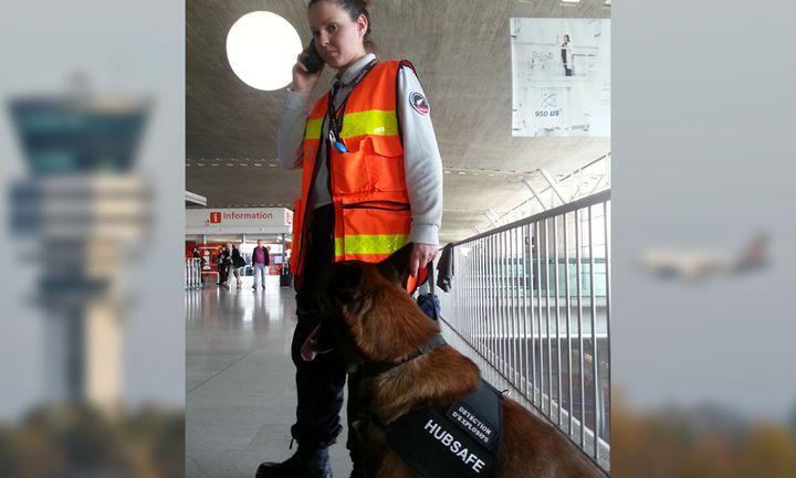 Ophélie, conductrice de chien détecteur d'explosifs à l'aéroport Roissy-Charles de Gaulle. (ELODIE GUEGUEN / RADIO FRANCE)