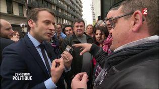 Emmanuel Macron face à des salariés du groupe Vivarte, dans un reportage diffusé sur France 2, jeudi 7 avril. (FRANCE 2)