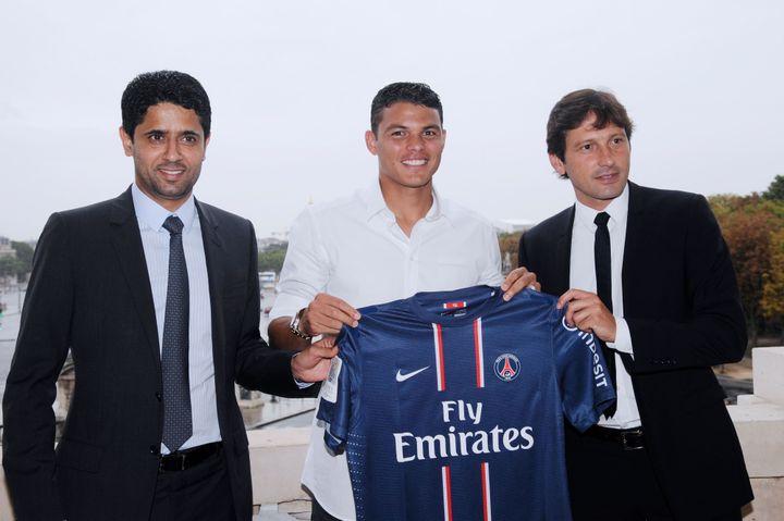 Thiago Silva lors de sa présentation à son arrivée au PSG avec Leonardo et Nasser Al-Khelaïfi