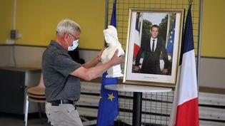 Des élus de Wailly (Pas-de-Calais) mettent en place la salle qui accueillera le conseil municipal de la commune, vendredi 22 mai 2020. (MAXPPP)