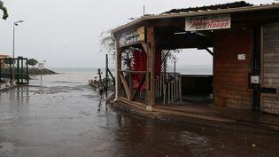 Un restaurant fermé au bord de l'eau à Mamoudzou sur l'île française de Mayotte, le 8 décembre 2019. (ALI AL-DAHER / AFP)