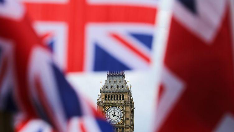 Des drapeaux britanniques flottent devant Big Ben, le 24 juin 2016 à Londres. (MAXPPP)