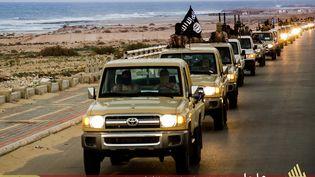 Des militants de l'Etat islamique défilent à Syrte (Libye), dans un document de propagande diffusé en février 2015. (WELAYAT TARABLOS / AFP)