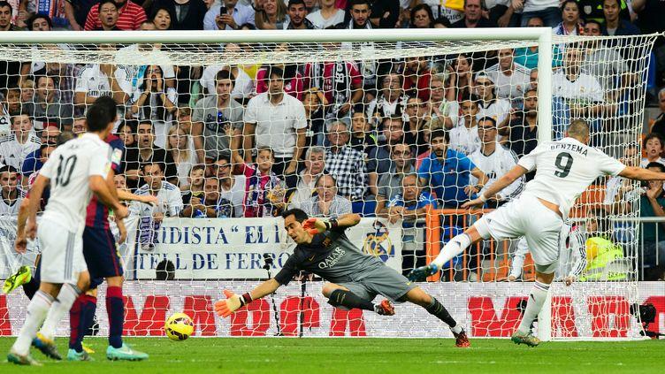 Benzema inscrit le troisième but contre le Barça (DANI POZO / AFP)