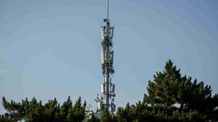 Une antenne utilisée pour la 5G, à Pékin, le 19 mai 2020. (NICOLAS ASFOURI / AFP)