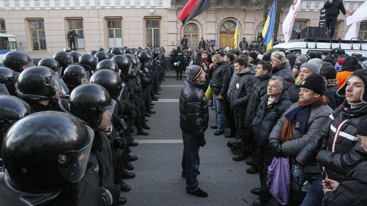 Des manifestants pro-européens face à la police, à Kiev (Ukraine), près du Parlement ukrainien, le 3 décembre 2013. (GLEB GARANICH / REUTERS)