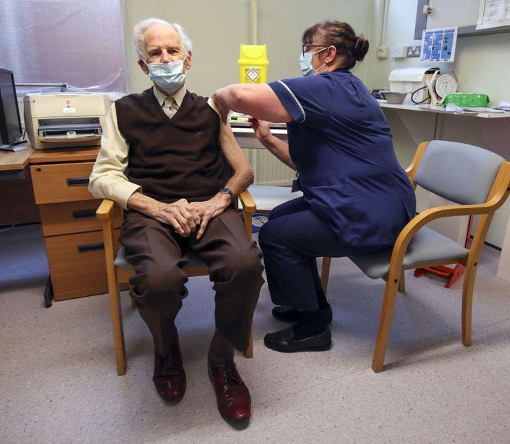Un homme reçoit une dose de vaccin contre le coronavirus, le 14 décembre 2020, à Londres, au Royaume-Uni. (STEVE PARSONS / AFP)