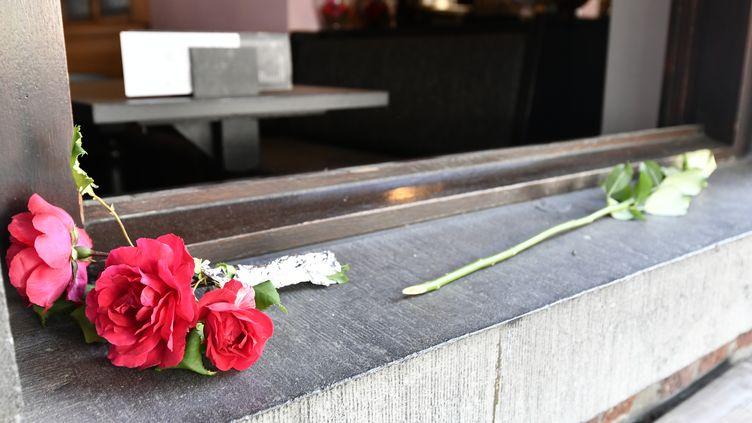 Les premiers hommages aux trois victimes de l'attaque à Liège, le 29 mai 2018. (ERIC LALMAND / BELGA MAG / AFP)