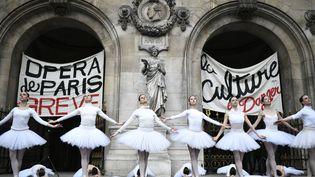 Danseuses de l'Opéra de Paris en représentation improvisée sur le parvis du palais Garnier, le 24 décembre 2019 (STEPHANE DE SAKUTIN / AFP)