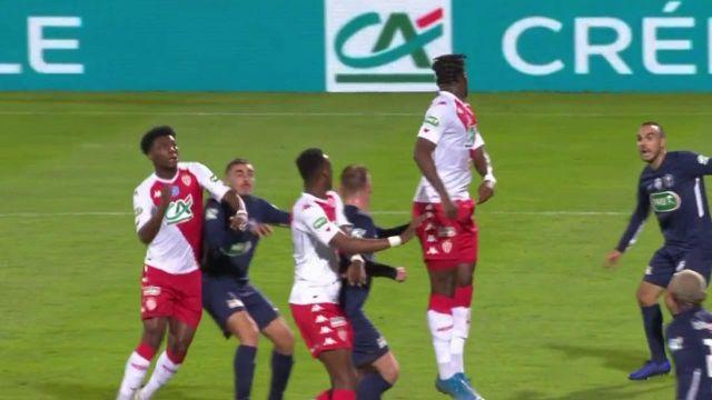 Réaction rapide des Monégasques qui prennent déjà l'avantage ! Cesc Fabregas dépose le corner sur la tête d'Aurélien Tchouaméni qui trompe le portier du GFA 74 !