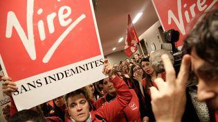 Le 10 juin 2013, rassemblement à l'appel de l'intersyndicale des salariés de Virgin, avant l'audience du tribunal de commerce, à Paris. (MAXPPP)