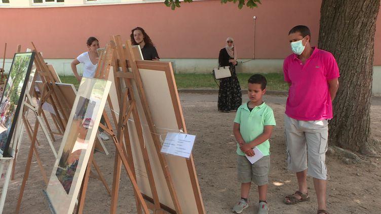 Des habitants de Villefranche-sur-Saône admirent les oeuvres de l'artothèque du musée Paul Dini. (France 3 Rhône-Alpes)