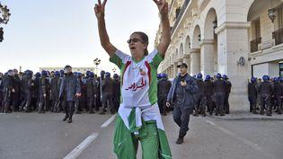 Une manifestante contre la candidature du président algérien pour un cinquième mandat, le 22 février 2019 à Alger (RYAD KRAMDI / AFP)