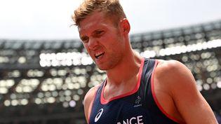 Kevin Mayer est mal au point après les trois premières épreuves du décathlon, à l'occasion des Jeux de Tokyo, mercredi 4 août. (ANDREJ ISAKOVIC / AFP)
