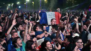 Les supporteurs de l'équipe de France célèvrent la victoire de la France face à l'Allemagne, en demi-finale de l'Euro, jeudi 7 juillet 2016. (PHILIPPE LOPEZ / AFP)