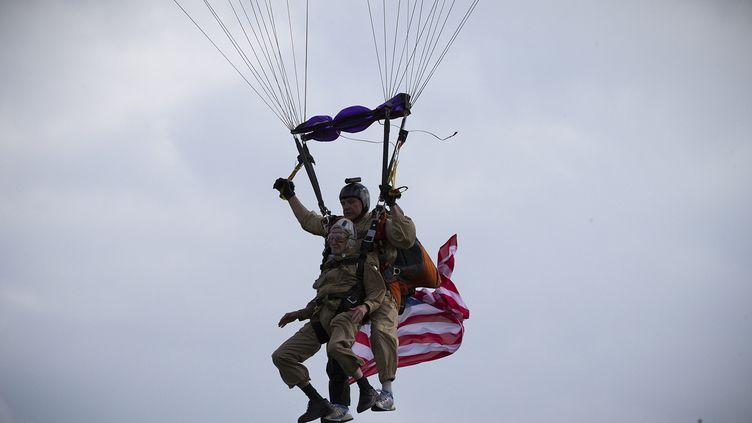 """Le vétéran américainJim """"Pee Wee"""" Martin s'apprête à atterrir, le 5 juin 2014 à Carentan (Manche). (JOEL SAGET / AFP)"""