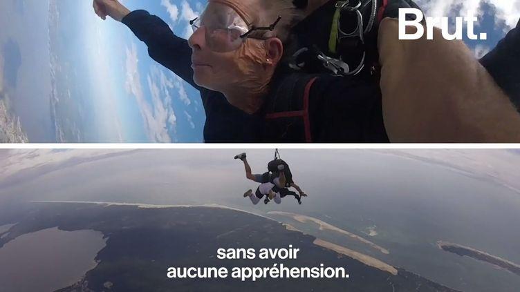 VIDEO. À 82 ans, on n'est pas trop vieille pour un saut en parachute (BRUT)