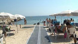 À Antibes (Alpes-Maritimes), une plage est totalement équipéepour accueillir les personnes handicapées. (CAPTURE D'ÉCRAN FRANCE 3)
