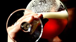 Un homme boit une bière artisanale à Blaringhem, dans le nord de la France, le 4 octobre 2012. (PHILIPPE HUGUEN / AFP)