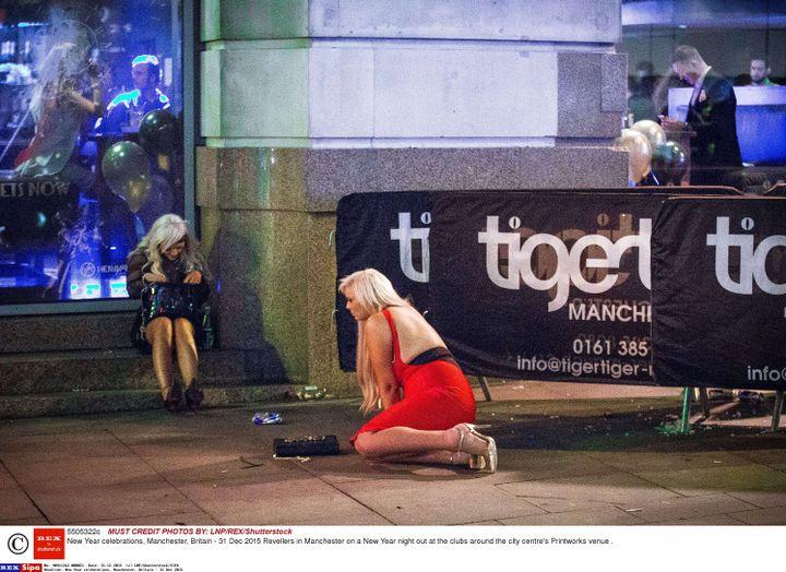 Des jeunes femmes lors du réveillon dans les rues de Manchester (Royaume-Uni), le 31 décembre 2015. (LNP /SHUTTERSTOCK / SIPA)