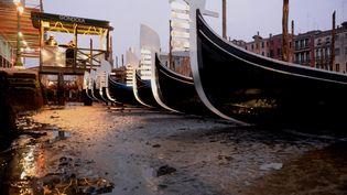 Des gondoles dans un canal sec, à Venise (Italie), le 31 janvier 2018. (MARCO SABADIN / AFP)