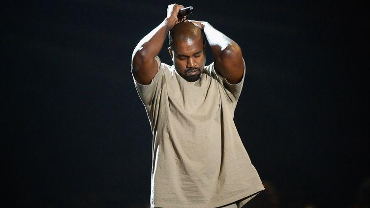 Kanye West sur la scène des MTV Music Awards le 30 août 2015 à Los Angeles (Etats-Unis). (KEVORK DJANSEZIAN / GETTY IMAGES NORTH AMERICA)