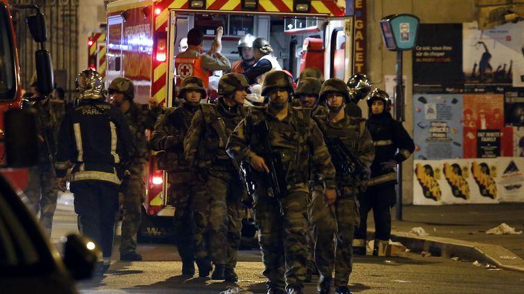 Des soldats devant La Belle Equipe, rue de Charonne, le 14 novembre 2015. (PIERRE CONSTANT / AFP)