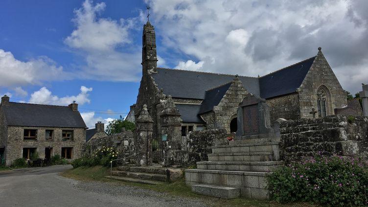 L'église de Trémargat (Côtes-d'Armor), le 28 mai 2019. (ELISE LAMBERT/FRANCEINFO)
