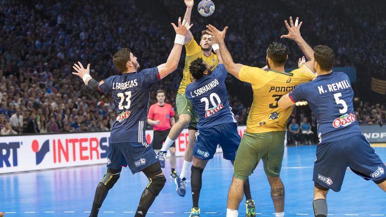 Cadre de l'équipe de France, Cédric Sorhaindo en défense contre le Brésil avec les jeunes Fabregas et Remili pour l'épauler (CITIZENSIDE/ANN-DEE LAMOUR / CITIZENSIDE)
