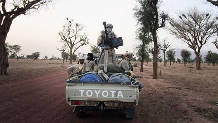 Des combattants islamistes d'Ansar Dine patrouillent entre Gao et Kidal, dans le nord-est du Mali, le 12 juin 2012. (REUTERS)